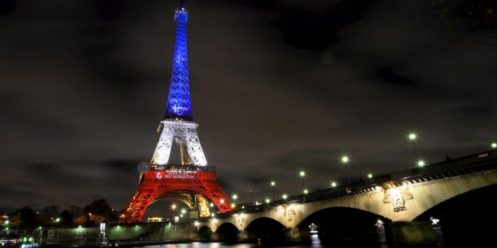 Históricos edificios se han pintado con los colores de Francia Foto:AFP
