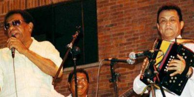 Calixto Ochoa al lado de uno de sus amigos, Alfredo Gutiérrez, durante un concierto. Foto:Archivo particular
