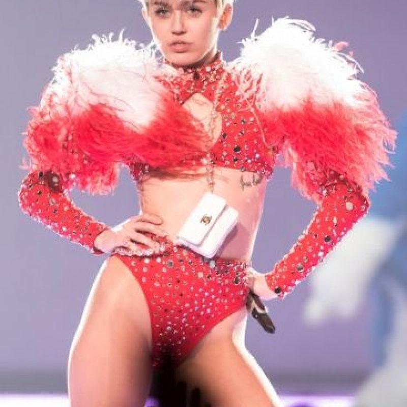"""Dejó atrás su imagen de """"Hannah Montana"""", reveló su gusto por ciertas drogas, comenzó su historial de polémicos desnudos y mostró su lado humanitario al apoyar a personas en situación de calle. Foto:Getty Images"""