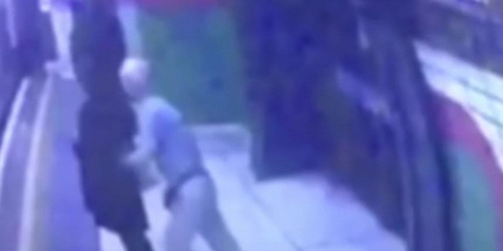 El momento en el que el anciano intenta matar a la mujer musulmana Foto:Twitter