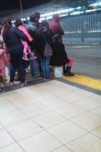 El cansancio no da para esperar el alimentador de pie Foto:Transmileniadas fotográficas / Facebook
