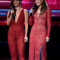 En rojo deslumbró, junto a Roselyn Sánchez. Foto:vía Getty Images