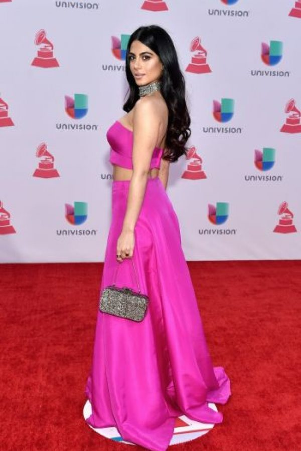 La actriz Emeraude Toubia se lució con este top rosa y su falda larga. Foto:Getty Images