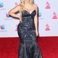 """Lisa Hernández con el rubio oxigenado """"el escote"""" y el vestido más chiquito que ella. Foto:vía Getty Images"""
