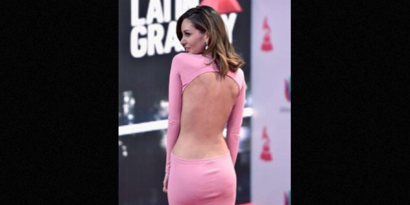 Aunque le faltó el escote, la exreina de belleza enseñó mucha piel con su vestido rosado. Foto:Getty Images