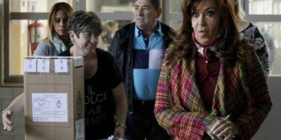 La presidenta Cristina Fernández emitió su voto en Río Gallegos Foto:AFP