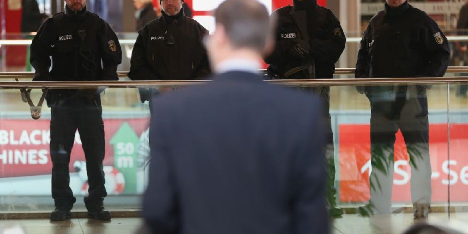 """""""Quince minutos después de que se abrieron las puertas tuvimos indicios concretos de que alguien quería detonar un explosivo ahí adentro"""", señaló Volker Kluwe, jefe de Policía de la capital de la Baja Sajonia Foto:Getty Images"""
