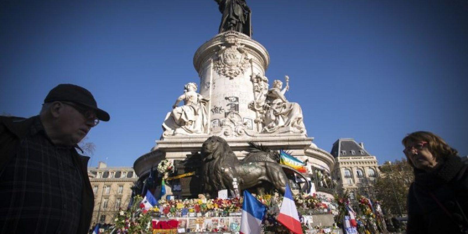 La gente continúa homenajeando a las víctimas. Foto:AFP