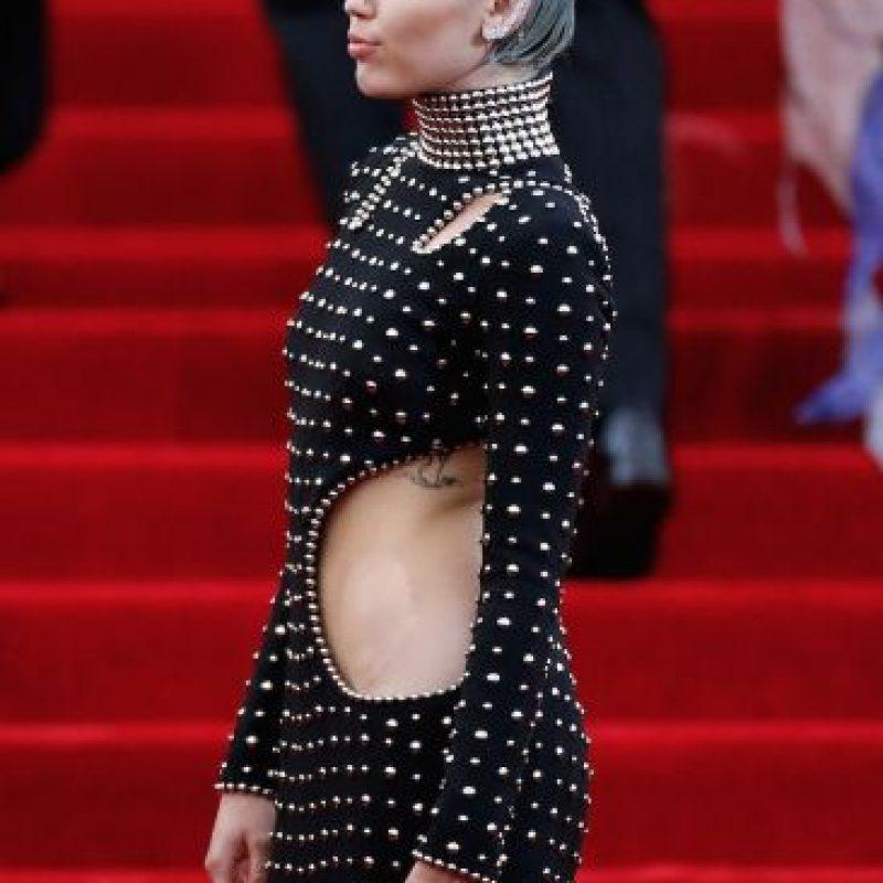 Durante la gala del MIT, la joven estrella llegó con este vestido que destacaba su esbelta silueta. Foto:Getty Images