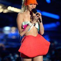 Miley Cyrus y Nicki Minaj tuvieron un enfrentamiento en los VMAs 2015. Foto:Getty Images