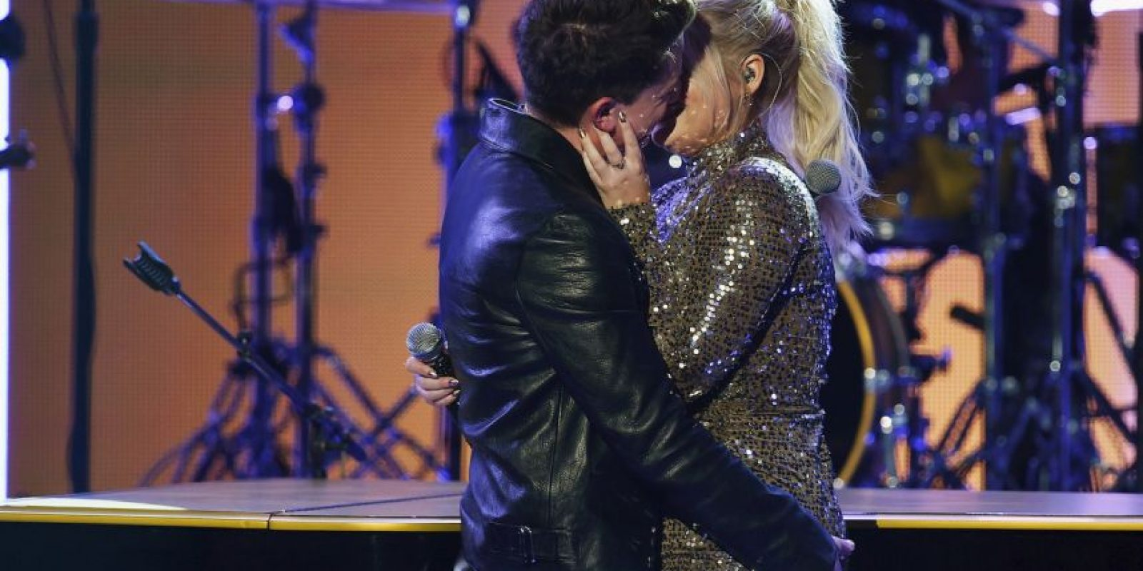 El apasionado beso entre Meghan Trainor y Charlie Puth Foto:Getty Images