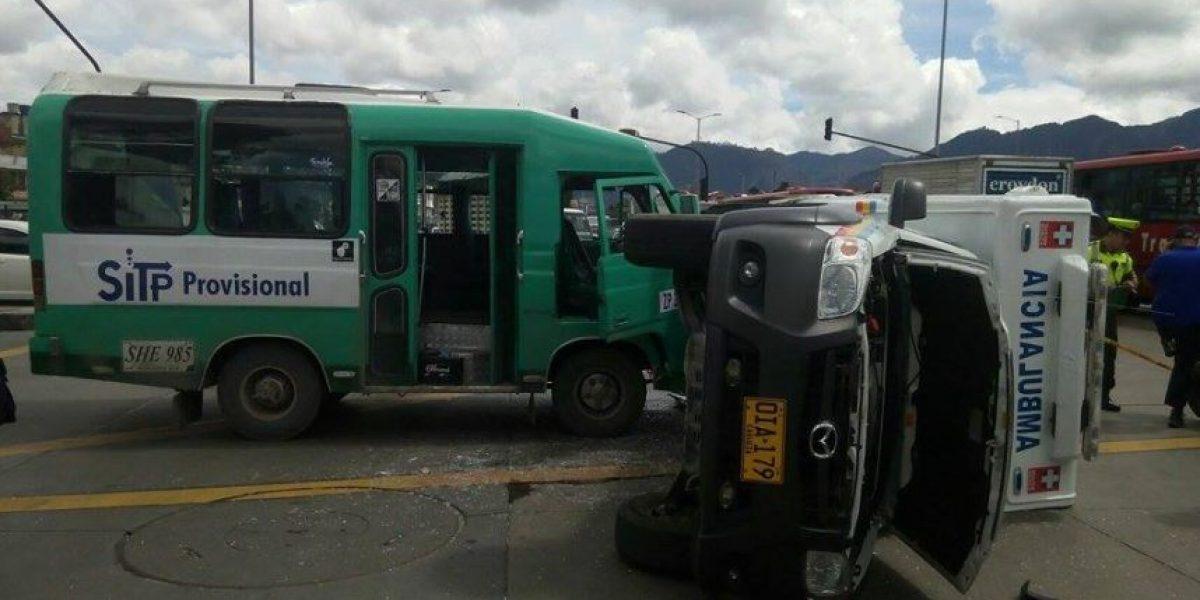 Una buseta colisiona contra una ambulancia en la Primera de Mayo
