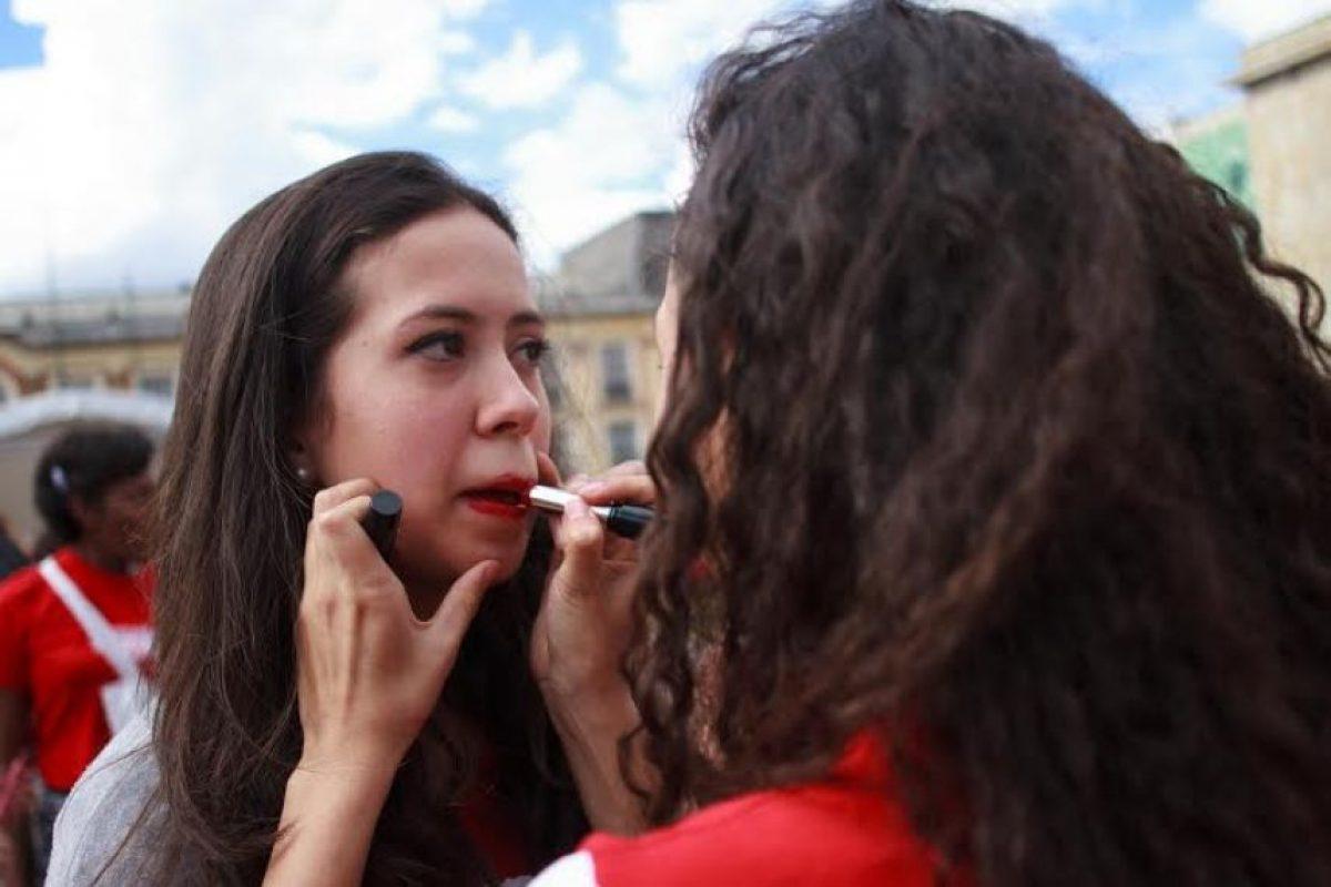 Pintar los labios de rojo como compromiso de no violencia hacia mujeres y niñas Foto:Juan Pablo Pino/Publimetro