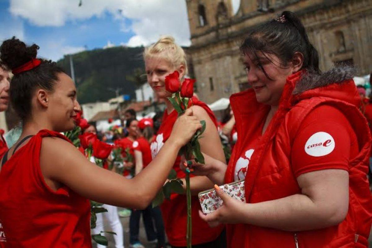 Intercambio de rosas en medio de la presentación artística Foto:Juan Pablo Pino/Publimetro