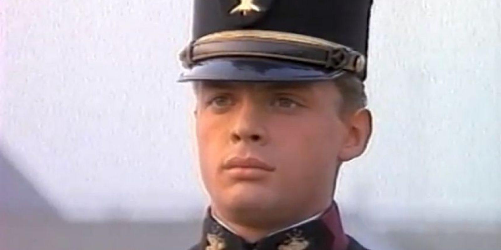 """Por su parte, Luis Miguel ya no luce como el joven militar de """"La Incondicional"""". Foto:vía youtube.com/OficialLuisMiguel"""