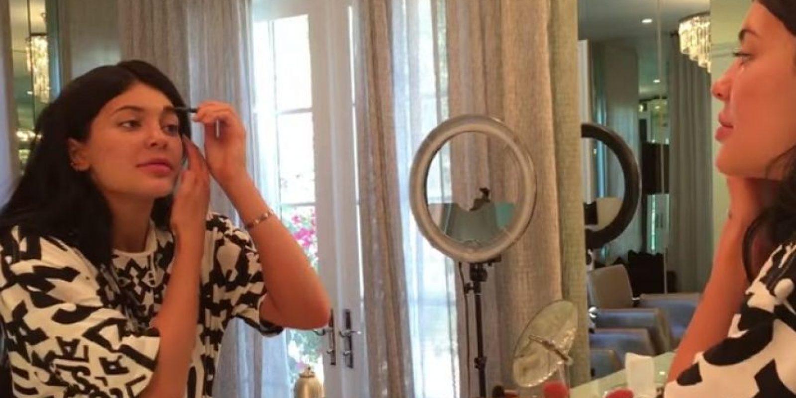Un bronzer Stila de 32 dólares y polvo traslucido de La Mer de 75 son los siguientes productos que pone en su cara. Foto:www.thekyliejenner.com