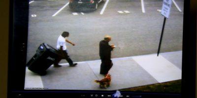 Las imágenes muestran cómo el joven de entonces 14 años se deshace de su víctima. Foto:AP