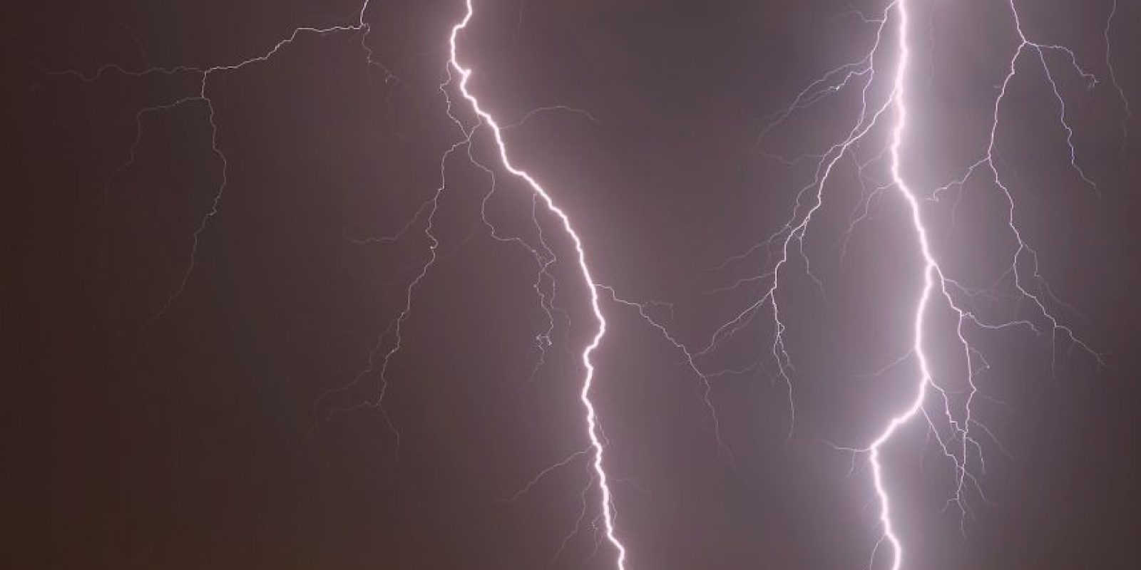 Según el Observatorio Terrestre de la NASA, la línea del Ecuador es el lugar con más probabilidad de que caiga un rayo, además de que la mayor cantidad de relámpagos ocurren en la República Democrática del Congo y el Lago de Maracaibo, en el noroeste de Venezuela. Foto:Getty Images