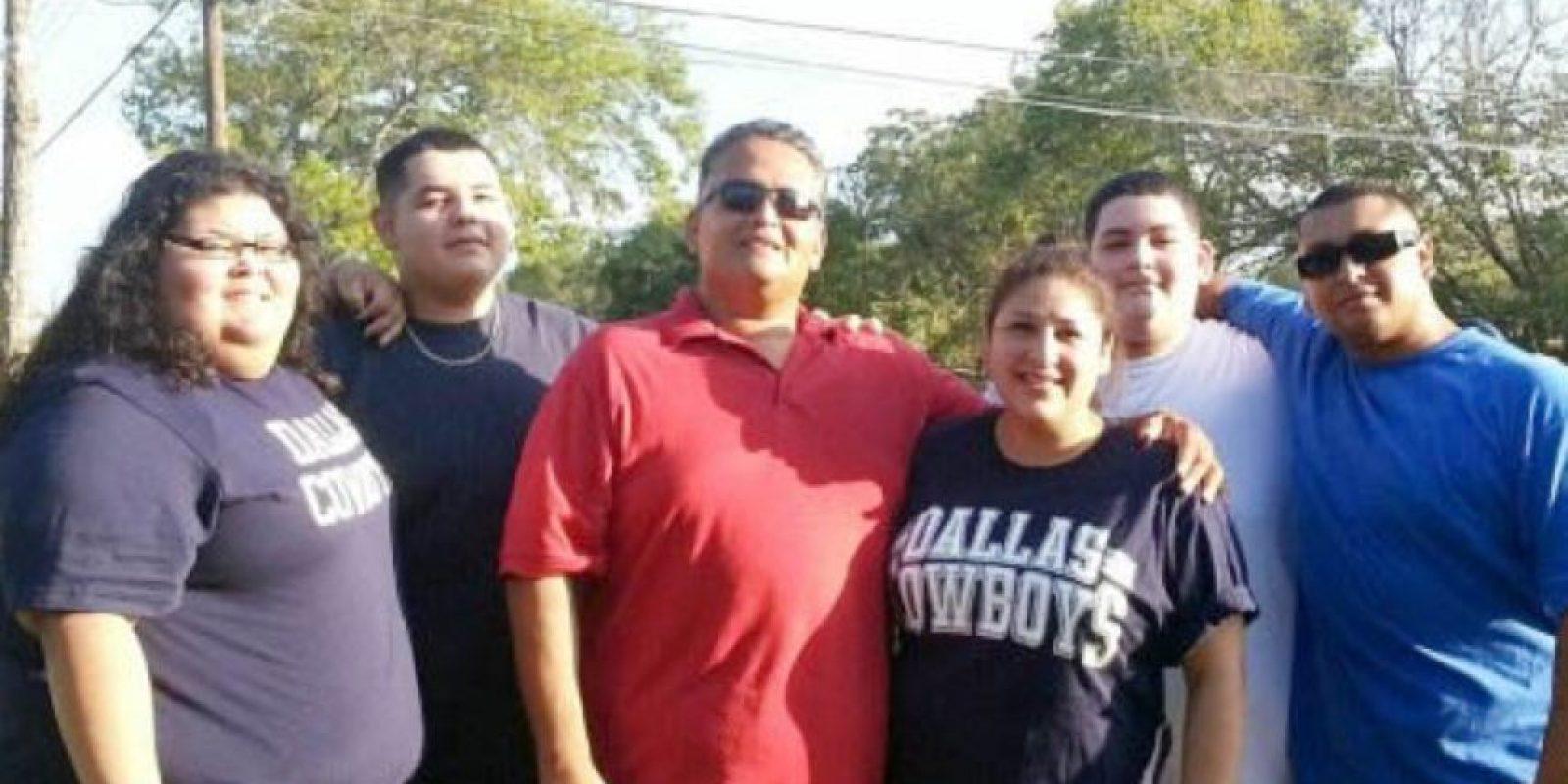 Ahora ayuda a su familia, que se veía así. A su hermano Austin lo ayudó a perder 54 kilogramos (120 libras). Foto:vía Barcroft Media