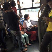 Las mujeres tampoco ceden la silla a quienes tienen prioridad Foto:Transmileniada Fotográficas Facebook
