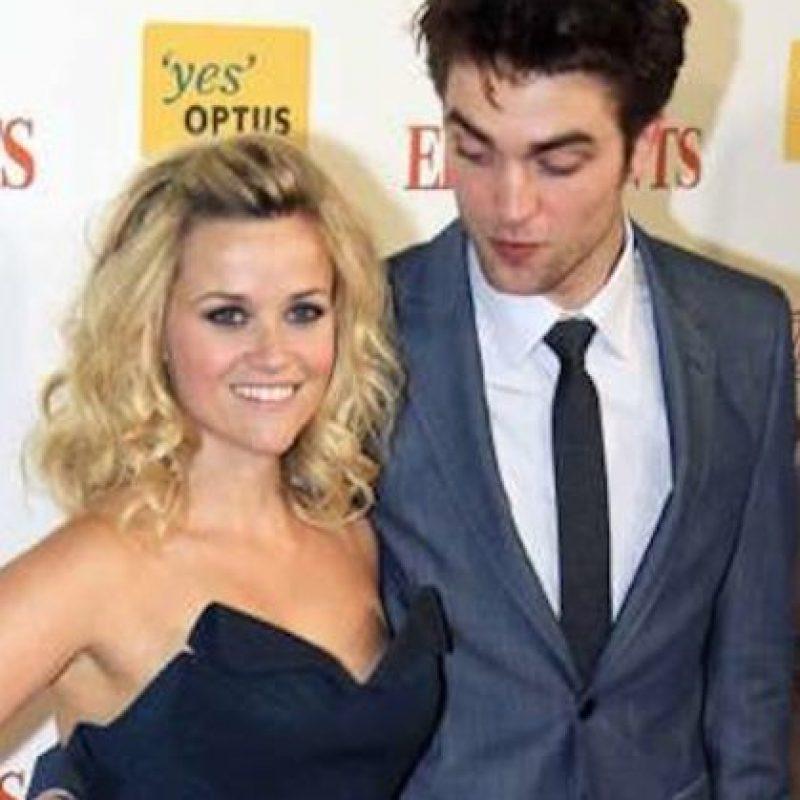 """Durante la premier de """"Como agua para elefantes"""", el actor clavó su mirada en el escote de su compañera- Foto:vía twitter.com"""
