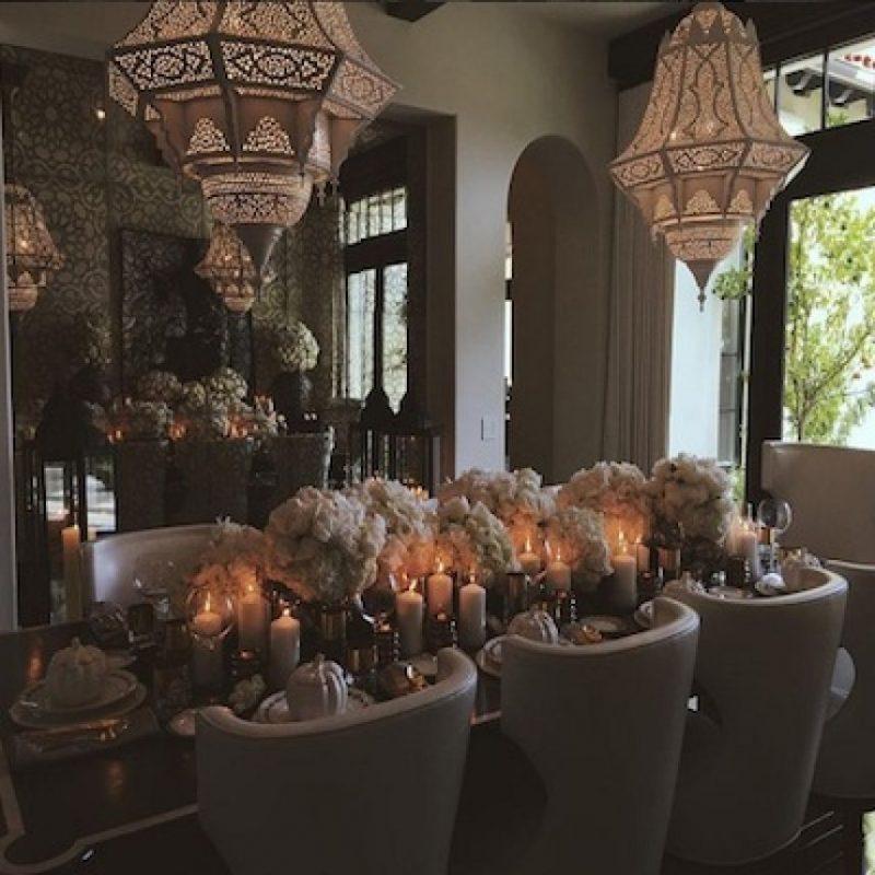 Flores y velas fueron algunos detalles que la socialité añadió al comedor. Foto:Instagram/khloekardashian