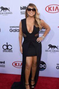 Usa vestidos que la ensanchan de manera exagerada. Foto:vía Getty Images