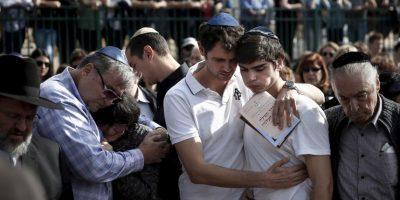 Familiares de una de las víctimas en los atentados terroristas en el Hotel Malí en Israel. Foto:AFP
