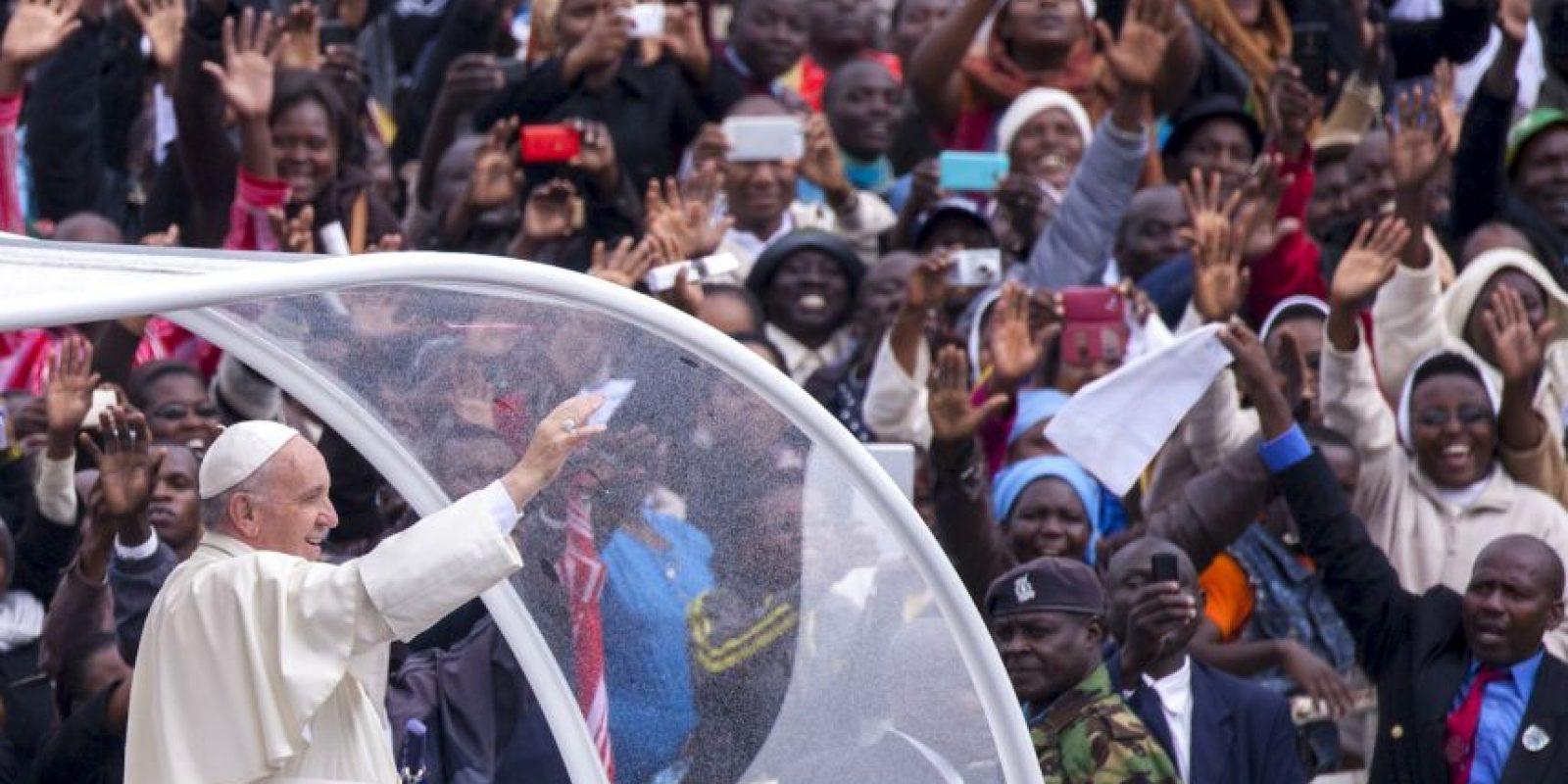 El papa Francisco a su llegada a Kenia. Foto:AFP