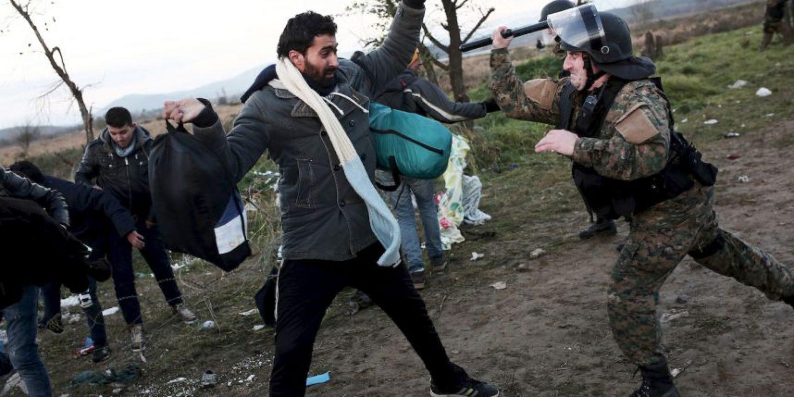 Migrantes y refugiados enfrentan a la policía en la frontera de Grecia y Macedonia. Foto:AFP