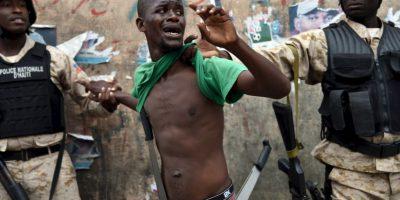 Arrestan a un manifestante con machetes en Haití. Este participaba en una protesta contra la elección de Michel Martelly como presidente. Foto:AFP