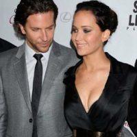 Bradley Cooper simplemente no ocultó su sorpresa por el escote de la actriz. Foto:vía twitter.com