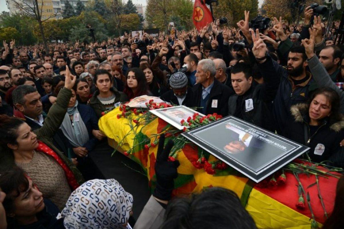 Mientras tanto, miles de personas acudieron hoy a su funeral Foto: AFP