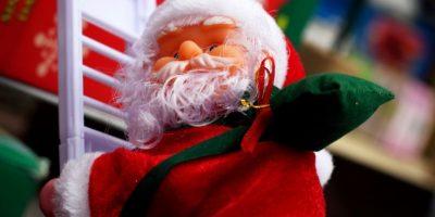 Papá Noel subiendo la escalera Foto:Carlos Bernate
