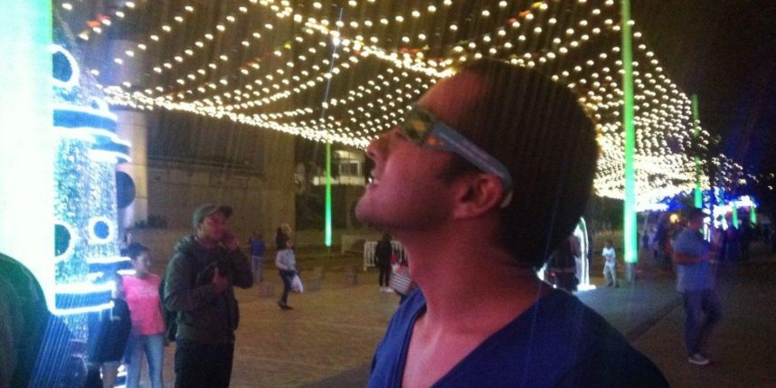 Sorprendidos los visitantes al observar detenidamente cada bombillo Foto:Publimetro