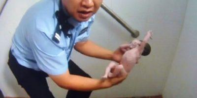 Cuando la policía llegó, solamente encontró los pies de la menor ya que su cabeza estaba dentro de la letrina en la que su madre la había abandonado. En una historia que podría considerarse milagrosa, la policía de Beijing, en China, rescató a una recién nacida que fue abandonada en la tubería de un baño público. Foto:AFP