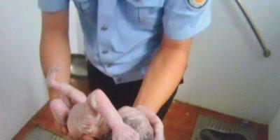 Policía rescata a recién nacida abandonada dentro de una letrina Foto:AFP
