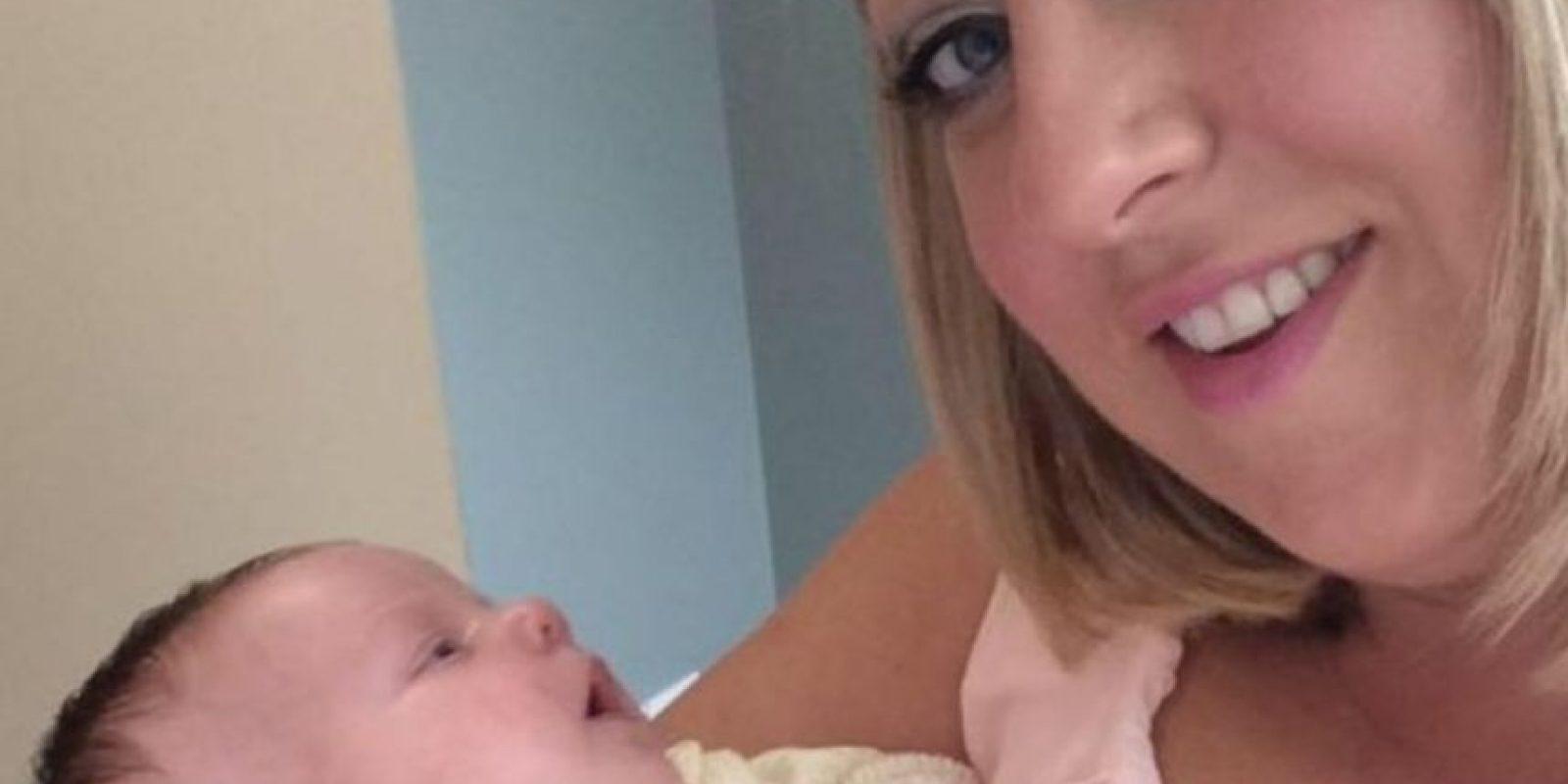Recién nacida a punto de morir por recibir un beso Foto:Facebook /Claire Henderson
