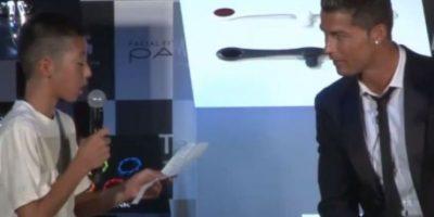 En mayo pasado tuvo un amable gesto con un niño japonés que lo entrevistó en portugués. El futbolista lo defendió ante las risas del público por su nerviosismo. Foto:Vía YouTube.com/CristianoRonaldo07TV