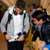 Un niño esperaba a Cristiano Ronaldo en el aeropuerto. Foto:twitter.com/realmadrid