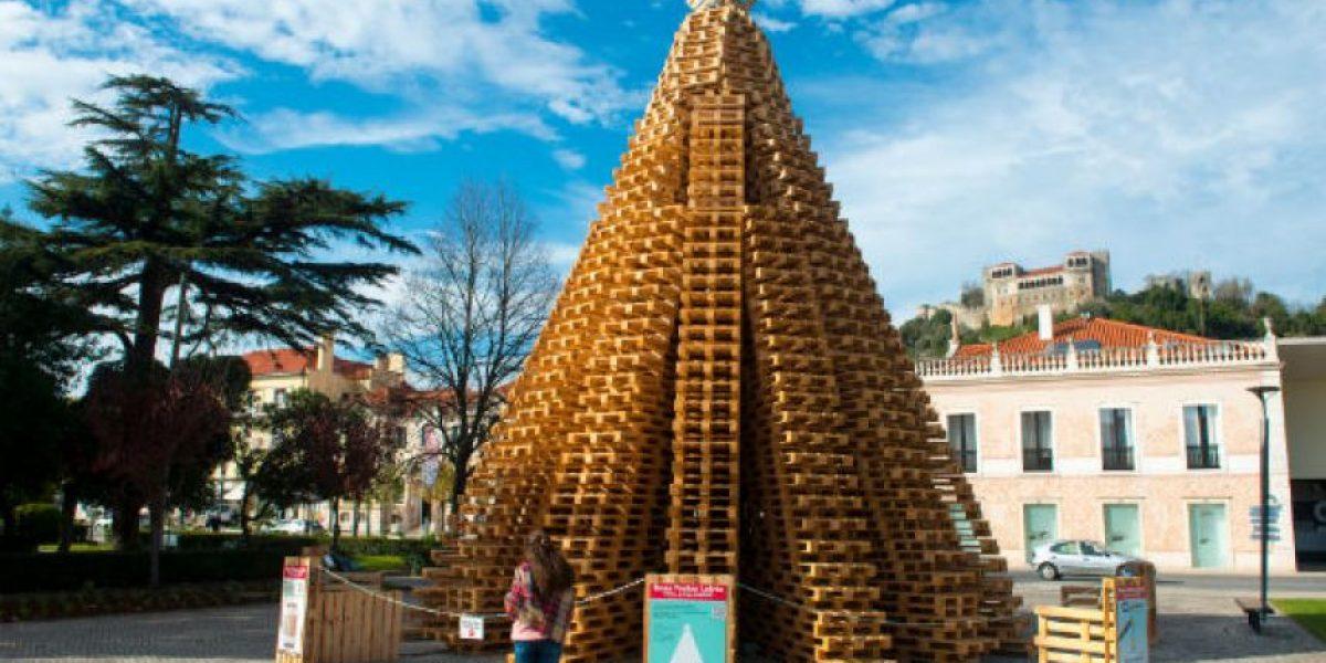 Este enorme árbol de Navidad está hecho con lo que menos imaginarían