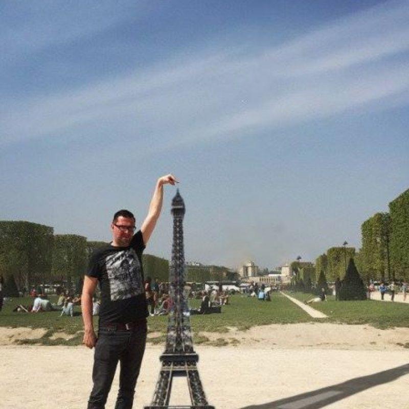 Graciosas ediciones para que este hombre tocara la Torre Eiffel Foto:Vía Facebook