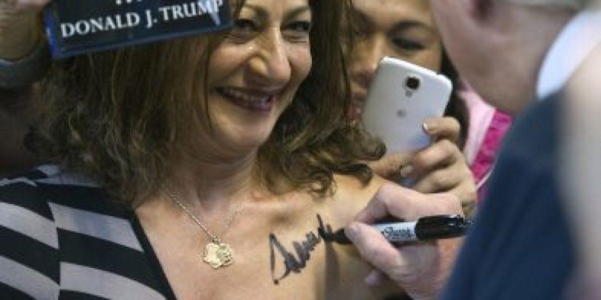 Donald Trump autografía el pecho de mujer durante campaña