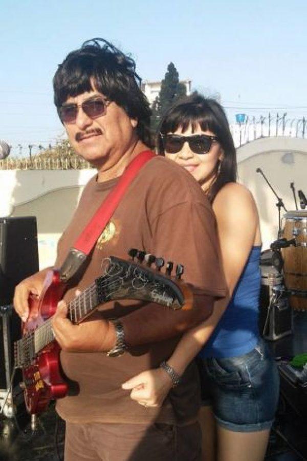 Tiene dos hijos con Alberto Mauri, quien es su tormento amoroso en el video y director de su grupo musical. Foto:vía Facebook/Rossy War y la Banda Kaliente