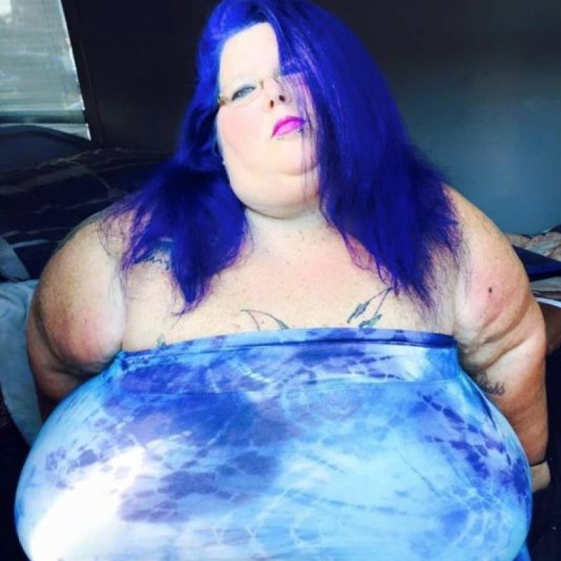 Pesa 279 kilogramos (276 libras) y vive en Óregon. Luego de la muerte de su hija se recluyó en su casa y ganó peso. Foto:vía Facebook/Christina Paez