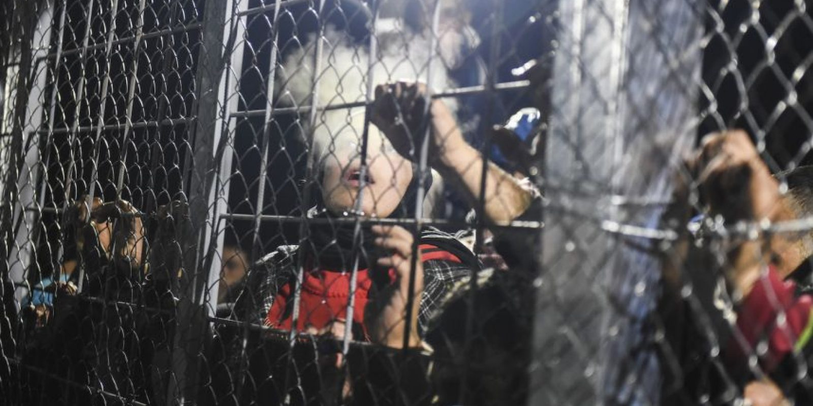 Migrantes y refugiados en la frontera de Grecia y Macedonia. Foto:AFP