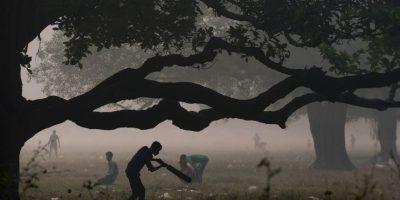 Jóvenes juegan cricket en la India. Foto:AFP