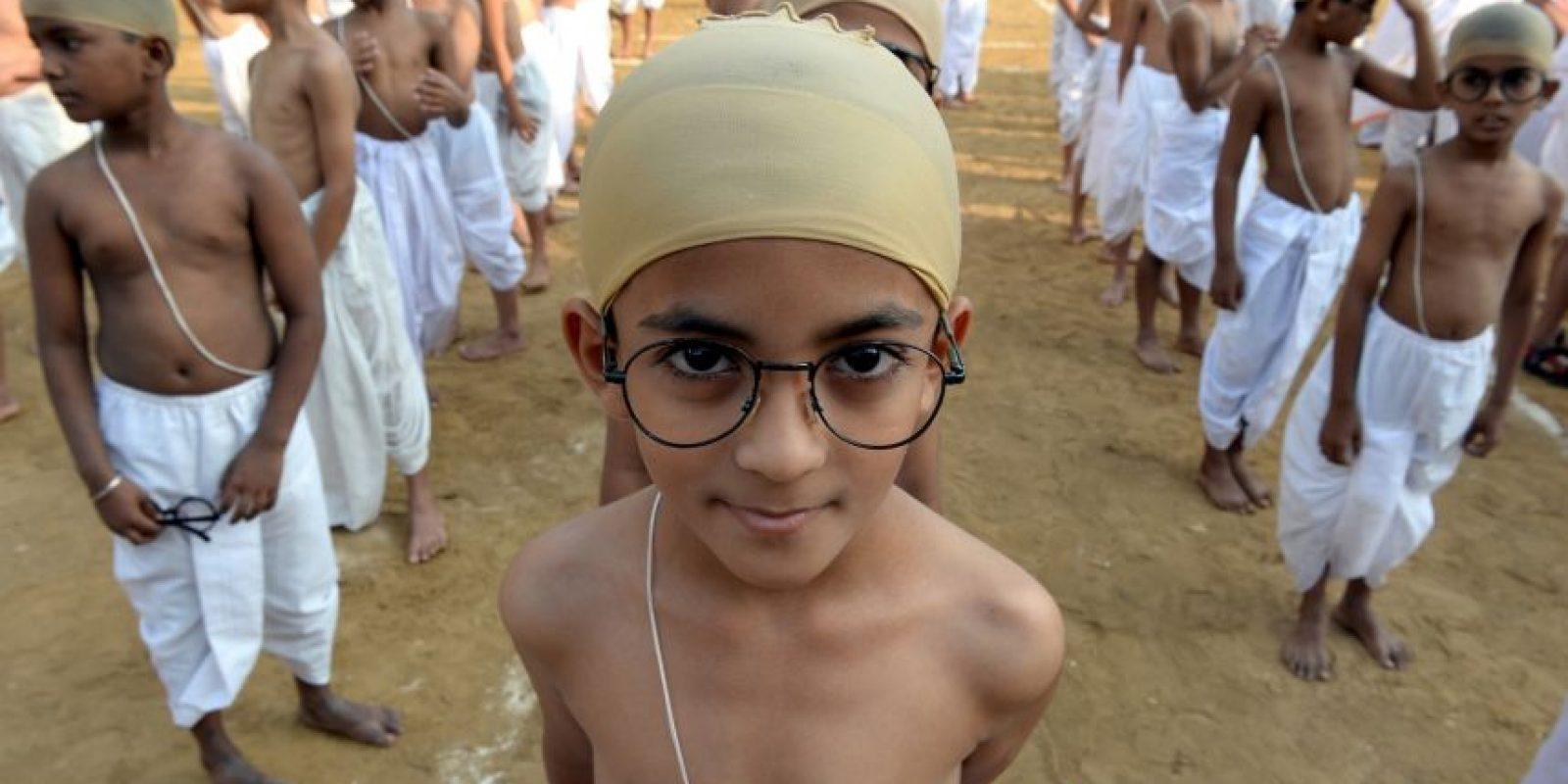Niños indios vestidos como Mahatma Gandhi. Foto:AFP