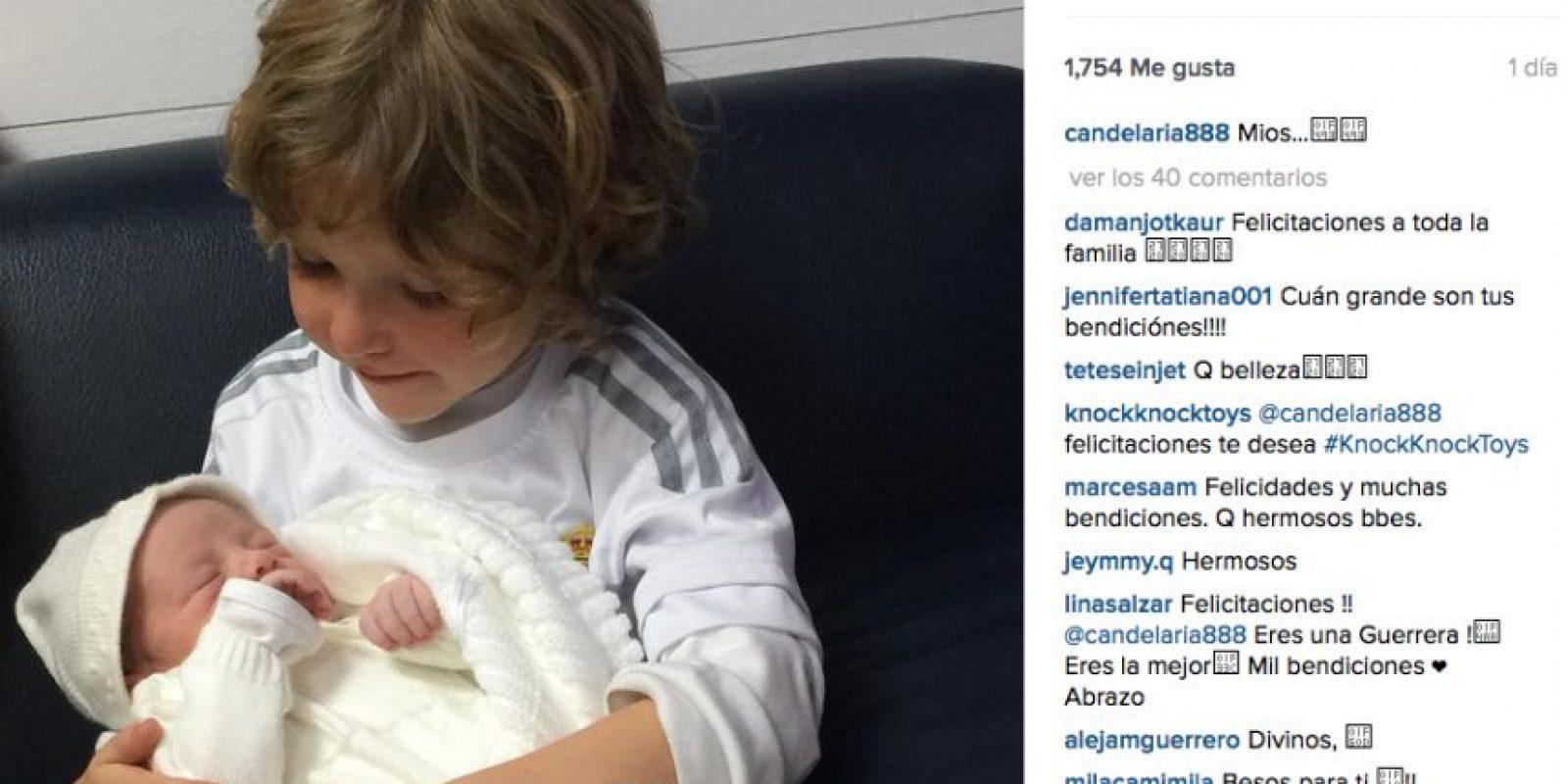 Su hijo Simón carga a la recién nacida Foto:Instagram Johana Bahamón @candelaria888
