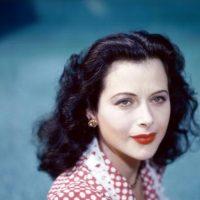 Hedy Lamarr odiaba que se le acercaran solo por su belleza y no por su talento, que espantaba a los hombres. Porque aparte de actriz fue una gran científica e inventora. Foto:vía Getty Images